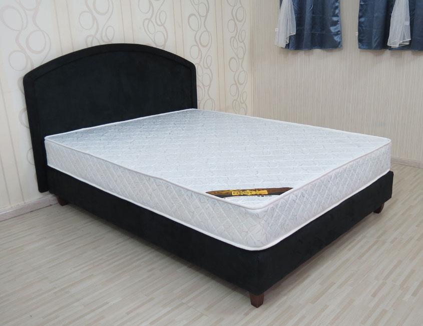 מיטה זוגית הכוללת גב מיטה מרופדת בבד מטריקס בעיצוב קלאסי דגם אוורסט